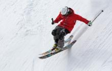 Photo person skiing down hill
