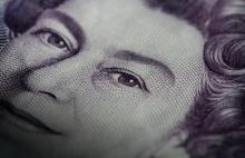 Close up of Queen on note