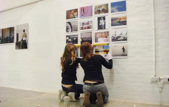 Photo women hanging pictures