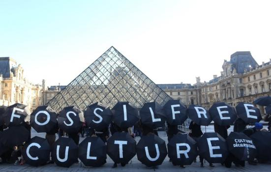 Photo of protestors outside Louvre in Paris