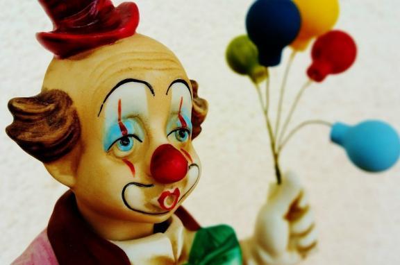 Photo of sad looking clown statue